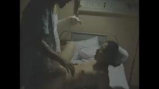夜の病室で熟女ナースが患者と生ハメ