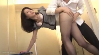 【井上綾子】保健室で生徒とセックスした四十路女教師は、それに勘付いた別の生徒に淫行を強要される