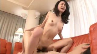 【四十路】スレンダー美熟女が親友の息子の精子を膣で受け止める