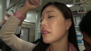 【片瀬仁美】電車で美熟女が痴漢に遭遇 ムッチリ尻を撫で回し豊満な乳房を揉みしだく