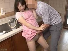 【若妻】知人男性にパンティの中で指マンされてお漏らししながら感じてしまった美人妻