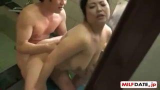 【寺島志保】息子の入浴中に母が乱入!豊満な体を密着させて背中を流してる間に勃起した肉棒をバックでハメて生中出し