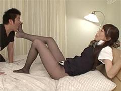 熟女の足裏を舐める童貞君