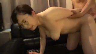 【成澤ひなみ】メガネ爆乳妻がチンポ咥えながらバイブでイカされたあと、生挿入されてたっぷり中出し