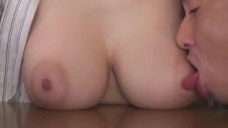 【JULIA】しゃぶりつきたくなるピンク乳首