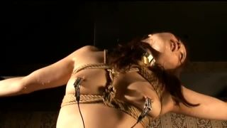 【川上ゆう】緊縛宙吊りで乳首クリップに電流を流されて失神してしまう美熟女【