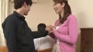 【翔田千里】息子の背後で家庭教師を誘惑する母