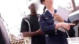 【澤村レイコ】黒人に拉致されてしまう美魔女婦警