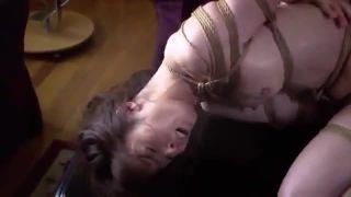 夫の横で緊縛レイプされた美人妻