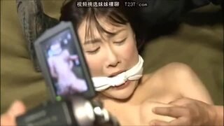 輪姦中出しの映像を撮影されてしまうスレンダー熟女