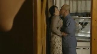 義父と母のキスを目撃した息子